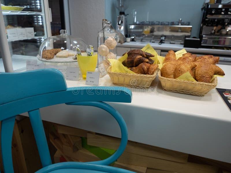 Verse croissants, witte heemst en andere desserts, gebakjes op barteller in koffie Ontbijt in Koffie stock fotografie