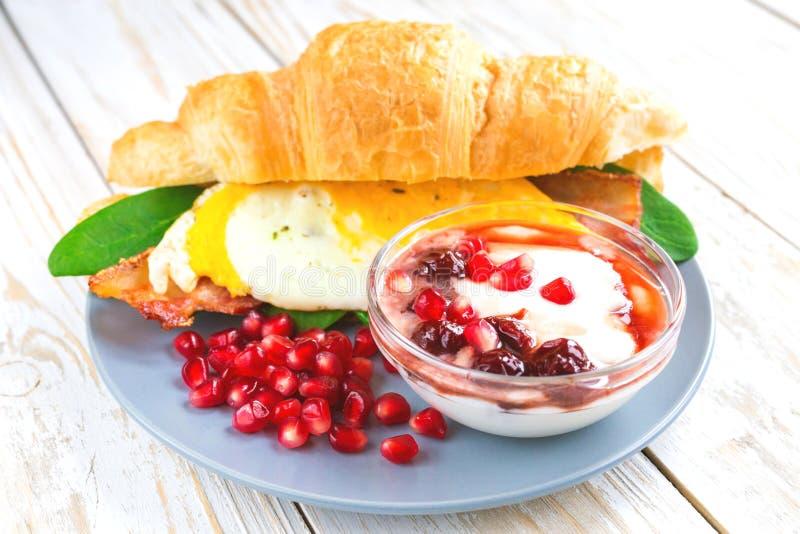Verse croissantsandwich, eigengemaakte yoghurt, granaatappel voor onderbreking royalty-vrije stock afbeeldingen