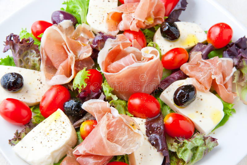 Verse de salade Italiaanse stijl van de de lentemengeling met prosciutto en mozzare royalty-vrije stock foto's