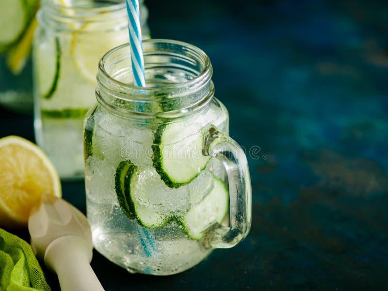 Verse de zomerdrank Gezond detox bruisend water met citroen en cuc stock fotografie