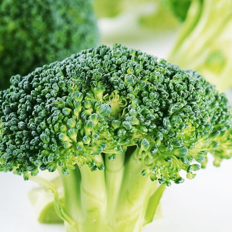 Verse dichte broccoli omhoog een achtergrond royalty-vrije stock foto's