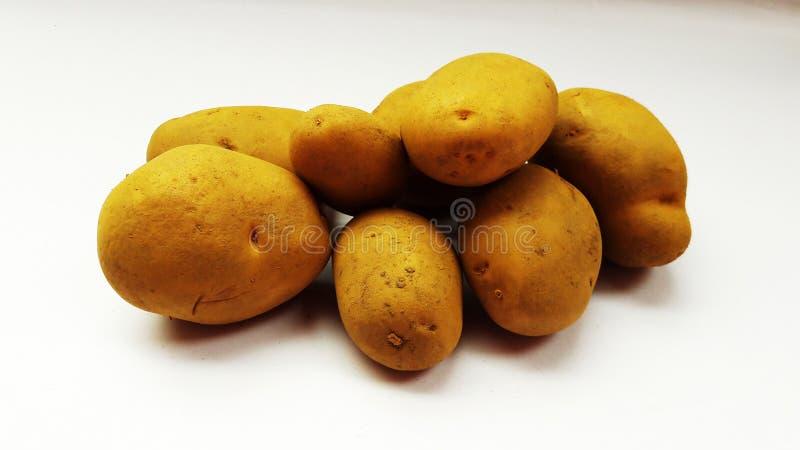 Verse die aardappel op wit achtergrondclose-upbeeld wordt geïsoleerd royalty-vrije stock foto's