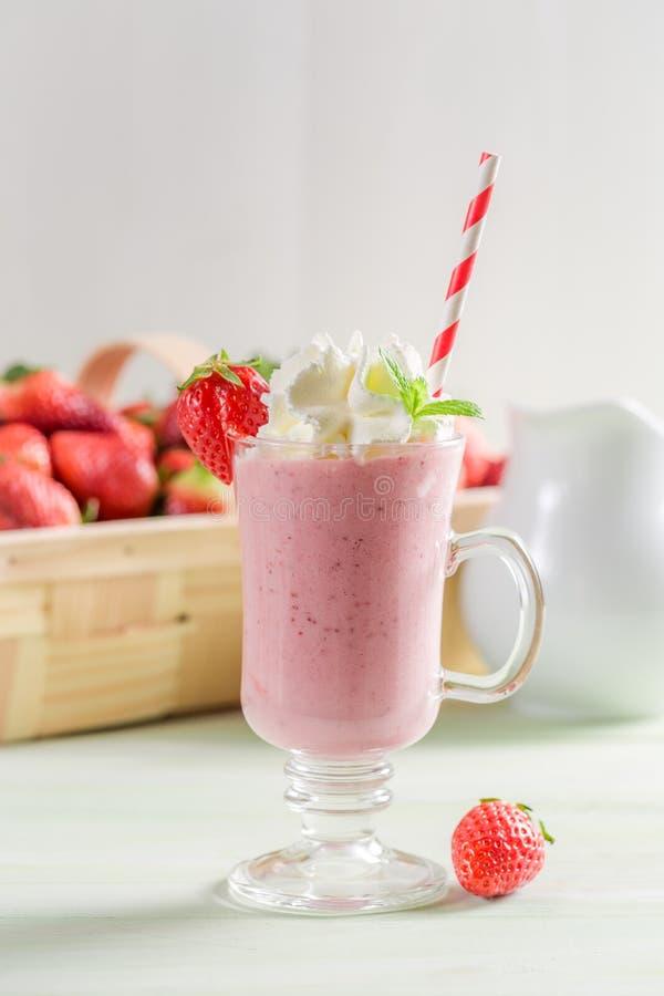 Verse die aardbei smoothie van verse vruchten wordt gemaakt royalty-vrije stock afbeelding