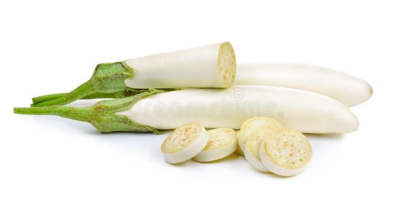 Verse die aubergine op een witte achtergrond wordt geïsoleerd royalty-vrije stock fotografie