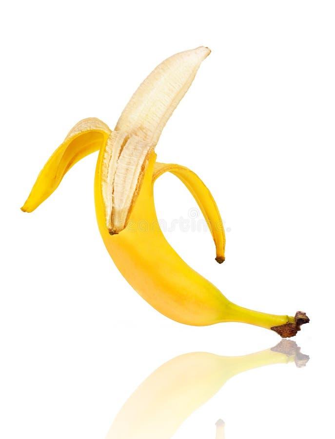 Verse die banaan van een schil wordt ontruimd op een wit wordt geïsoleerd royalty-vrije stock fotografie