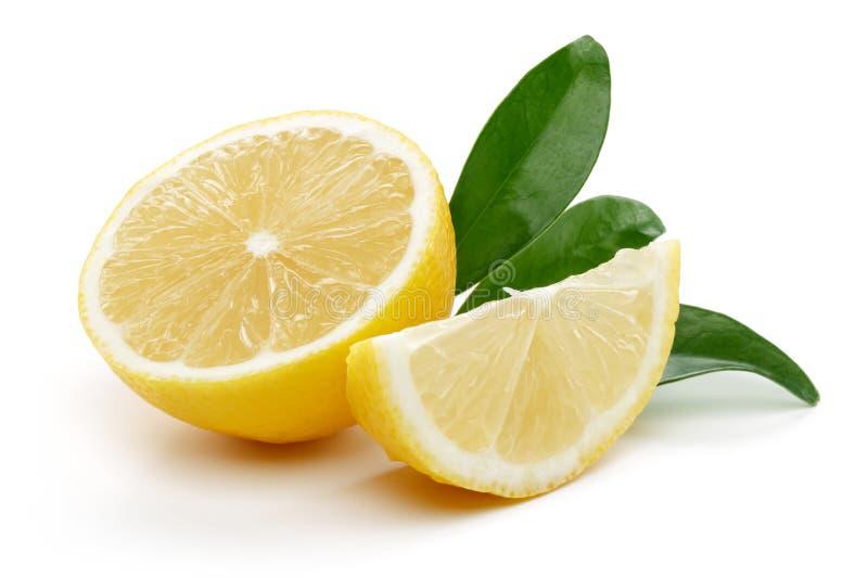Verse die citroen met bladeren op witte achtergrond worden geïsoleerd stock afbeeldingen