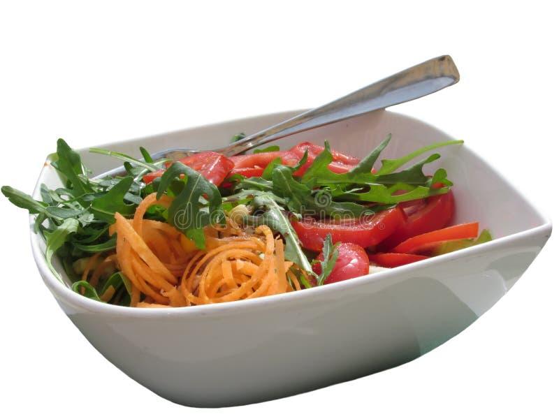 Verse die de lentesalade met tomaten, rucola en wortelen op wit worden geïsoleerd stock afbeeldingen