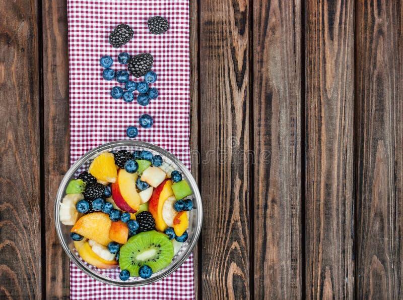 Verse die fruitsalade in de plaat op de stof op a wordt gefotografeerd stock afbeelding