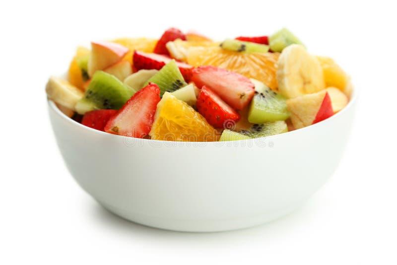 Verse die fruitsalade op wit wordt geïsoleerd stock afbeeldingen