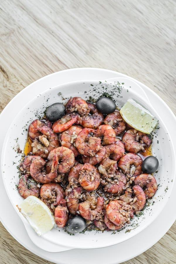 Verse die garnalen in de snack van de zeevruchtentapas van de knoflookolijfolie worden gebraden royalty-vrije stock foto's