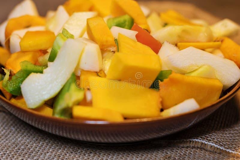 Verse die groentenpompoen voor het koken wordt gesneden Vegetarische schotel stock afbeeldingen