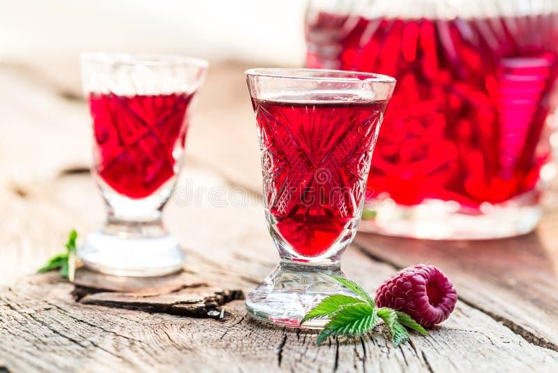 Verse die likeur van alcohol en frambozen wordt gemaakt royalty-vrije stock foto