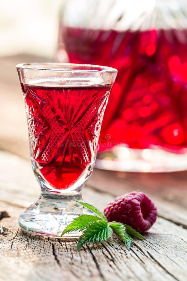 Verse die likeur van alcohol en frambozen wordt gemaakt stock foto