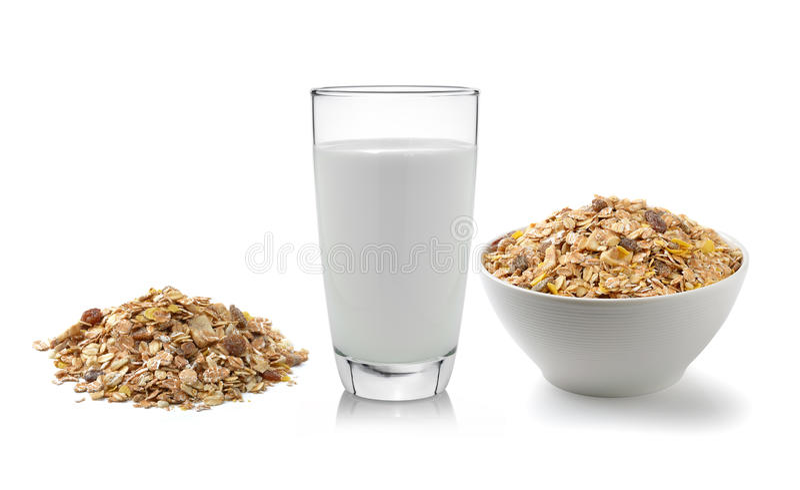 Verse die melk in het glas en muesliontbijt op witte bac wordt geplaatst stock fotografie