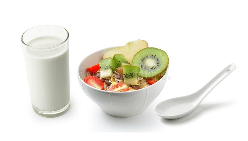 Verse die melk in het glas en muesliontbijt op witte bac wordt geplaatst royalty-vrije stock foto's