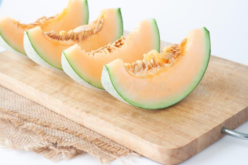 Verse die meloenen op houten scherpe raad worden gesneden Gezond fruit stock fotografie