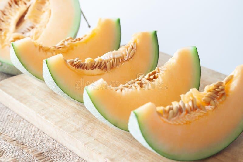 Verse die meloenen op houten scherpe raad worden gesneden Gezond fruit royalty-vrije stock fotografie
