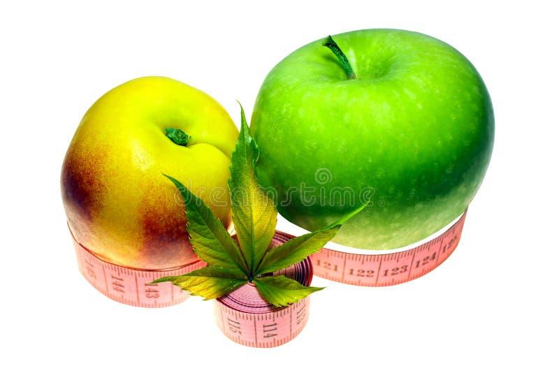 Verse die perzik, appel op witte achtergrond onder het snoeien, het vegetarische gezonde eten, het knippen weg wordt geïsoleerd royalty-vrije stock foto's