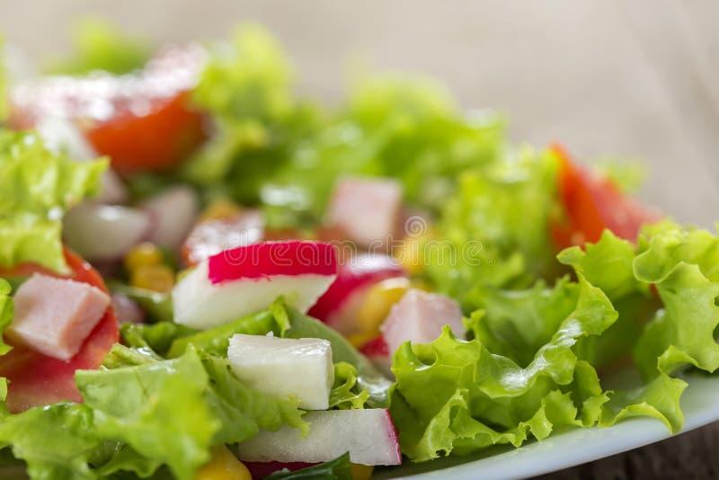 Verse die salade met kaas, groente en ham wordt gemaakt stock foto's