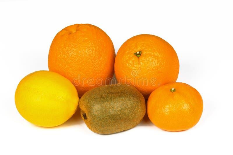 Verse die sinaasappel, citroen, mandarijn, kiwien op een witte achtergrond worden geïsoleerd stock foto