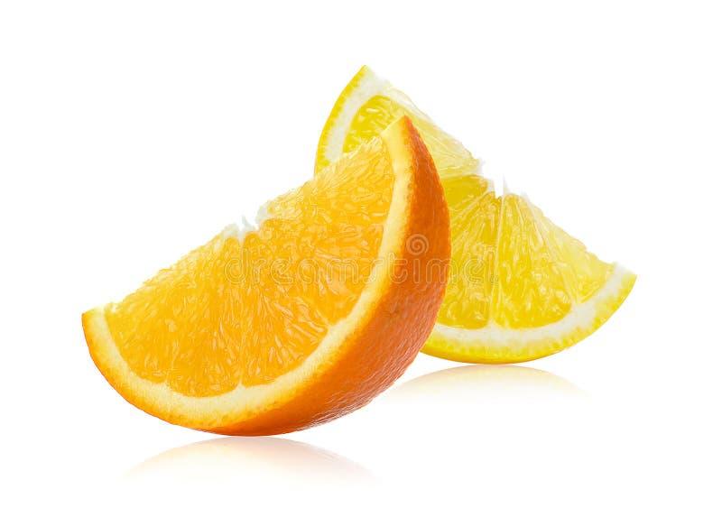 Verse die sinaasappel en citroenplakken op witte achtergrond worden geïsoleerd royalty-vrije stock afbeelding