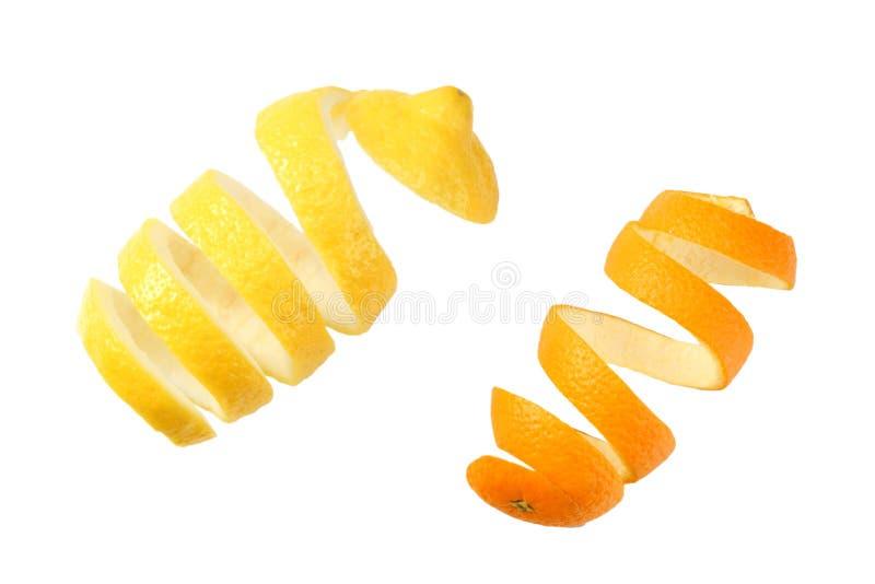 verse die sinaasappel en citroenschillen op witte hoogste mening wordt geïsoleerd als achtergrond royalty-vrije stock afbeeldingen