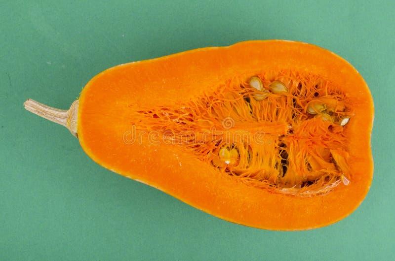 Verse die sinaasappel in halve Cucurbita-moschata wordt gesneden royalty-vrije stock afbeeldingen