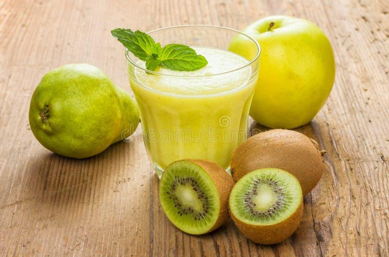 Verse die smoothie van kiwiperen en appelen wordt gemaakt royalty-vrije stock foto's
