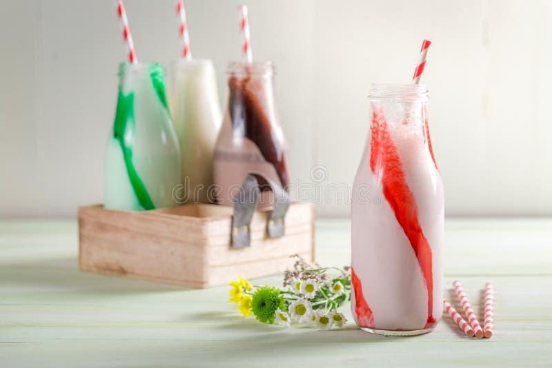 Verse die smoothies van aardbei en melk wordt gemaakt stock foto