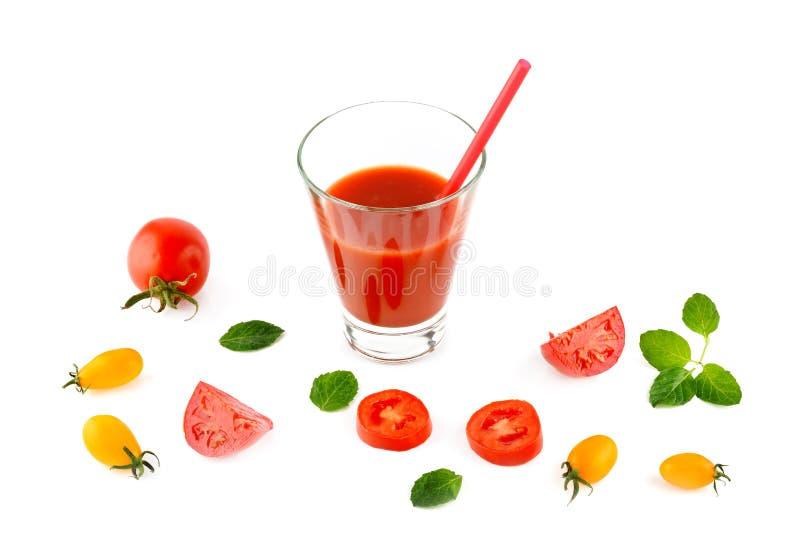 Verse die tomatesap en tomaten op witte achtergrond wordt geïsoleerd FL stock fotografie