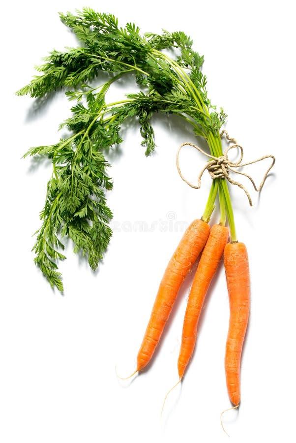Verse die wortelen met bladeren op witte achtergrond worden geïsoleerd stock foto's