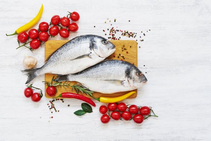 Verse doradavissen met kruiden op houten scherpe raad Gezond voedselconcept Hoogste mening, exemplaarruimte royalty-vrije stock foto