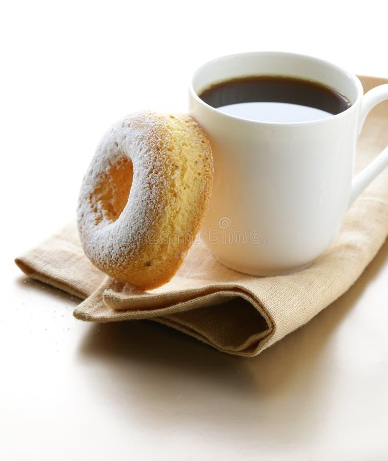 Verse doughnut die met gepoederde suiker wordt bestrooid royalty-vrije stock afbeeldingen