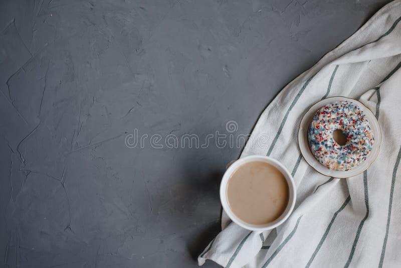 Verse doughnut met koffie royalty-vrije stock afbeeldingen