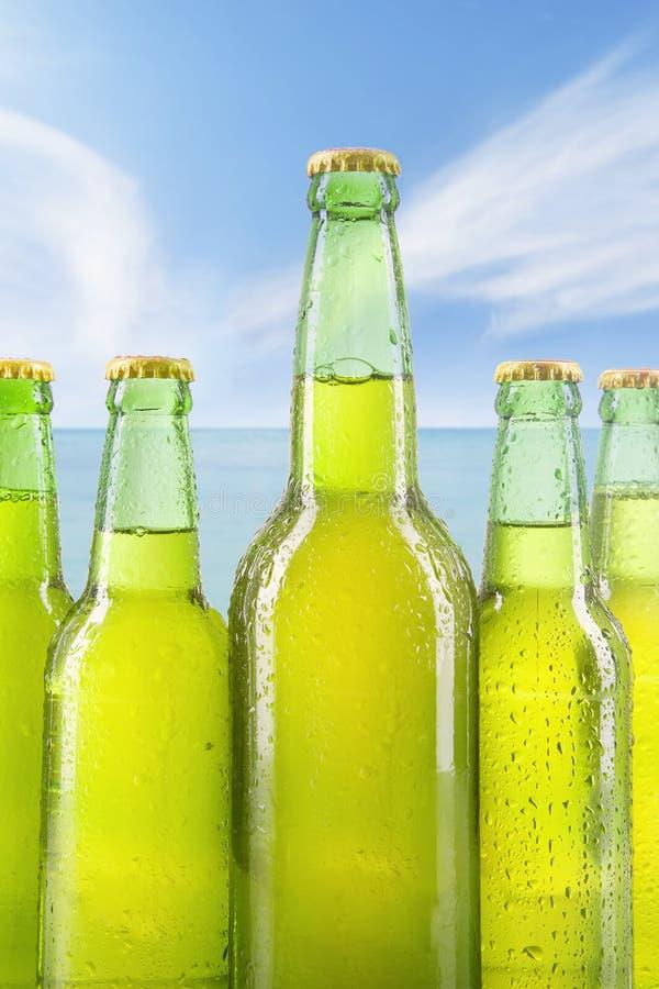 Verse drank in de flessen met dauw royalty-vrije stock afbeeldingen