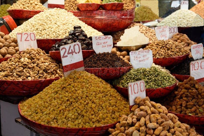 Verse droge vruchten, noten en kruiden in de kruidmarkt, New Delhi, India royalty-vrije stock foto's