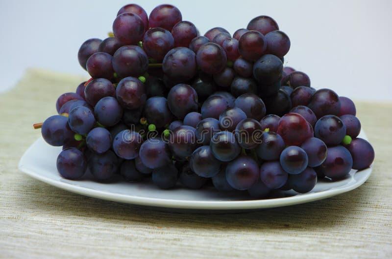Verse druiven op de plaat royalty-vrije stock fotografie
