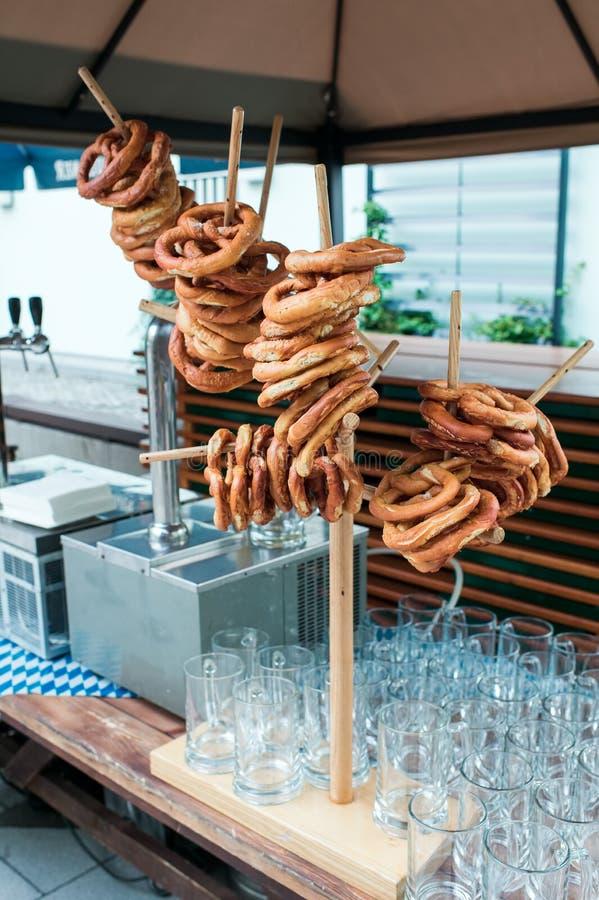 Verse Duitse pretzels op een houten rek aan bier stock fotografie
