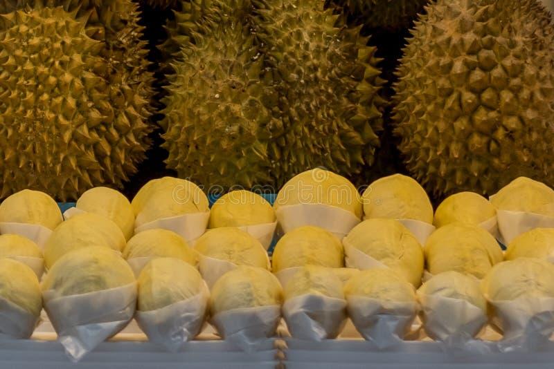 Verse Durian of de koning van vruchten voor verkoopt bij markt stock fotografie