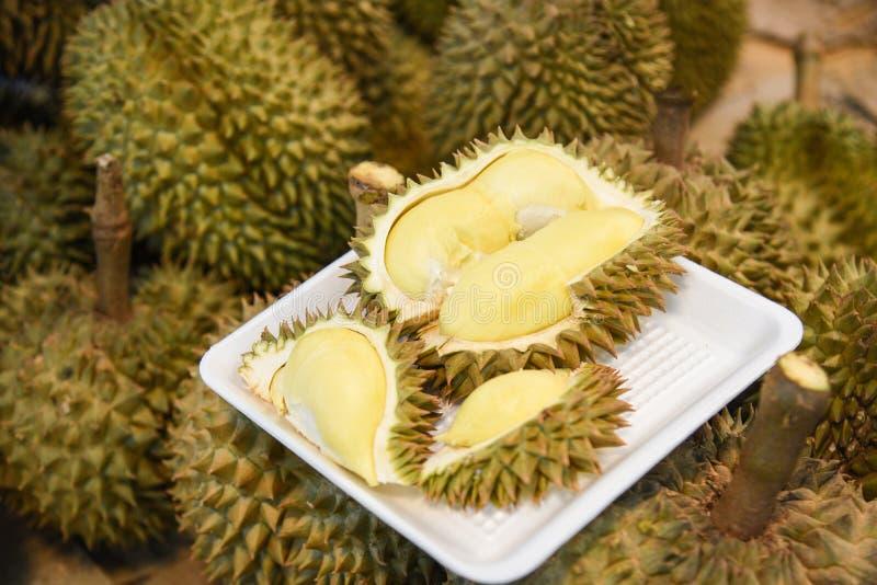 Verse durian gepeld op dienblad rijp durian tropisch fruit op achtergrond royalty-vrije stock foto