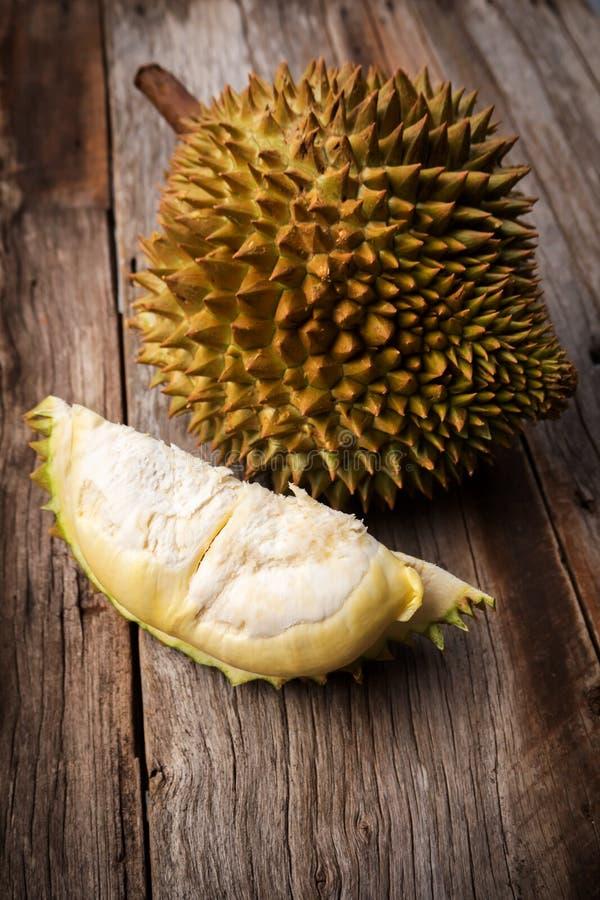 Verse durian op houten achtergrond Stilleven met donker vignet Tropisch Fruit Koning van Fruit Monthongras royalty-vrije stock afbeelding