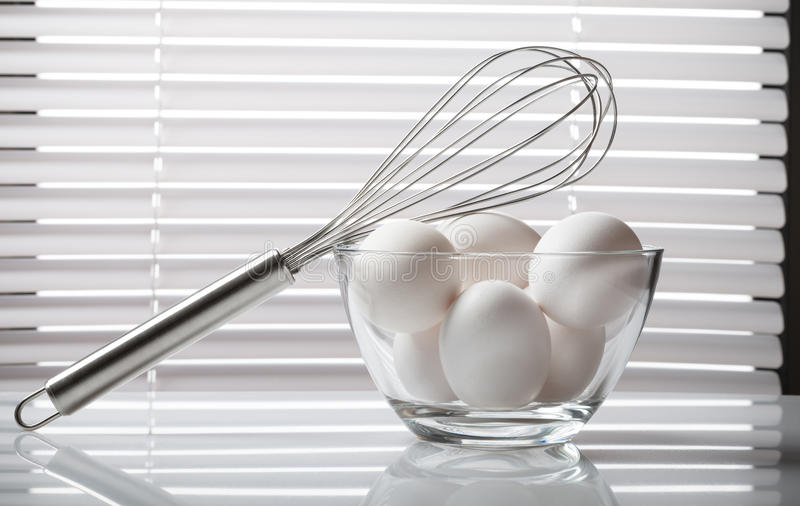 Verse eieren in glaskom royalty-vrije stock afbeelding