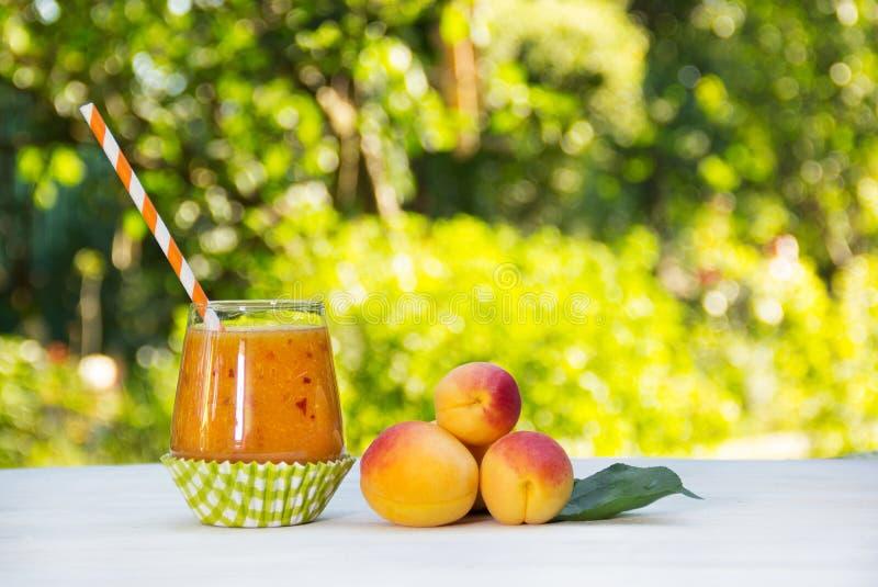 Verse eigengemaakte abrikoos smoothies in de de zomertuin De zomer detox dranken Verfrissende drank van abrikozen en perziken stock foto's