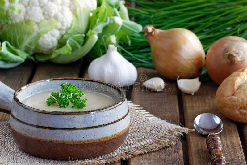 Verse eigengemaakte bloemkoolsoep met uien, knoflook en peterselie stock afbeelding