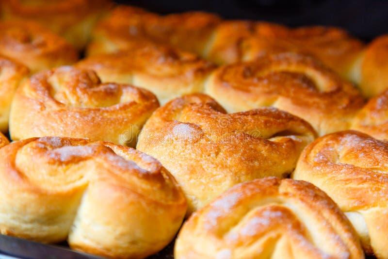 Verse eigengemaakte broodjes in de oven stock afbeeldingen