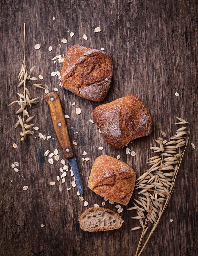Download Verse Eigengemaakte Broodjes Op Rustieke Achtergrond Stock Afbeelding - Afbeelding bestaande uit geheel, haver: 107702253