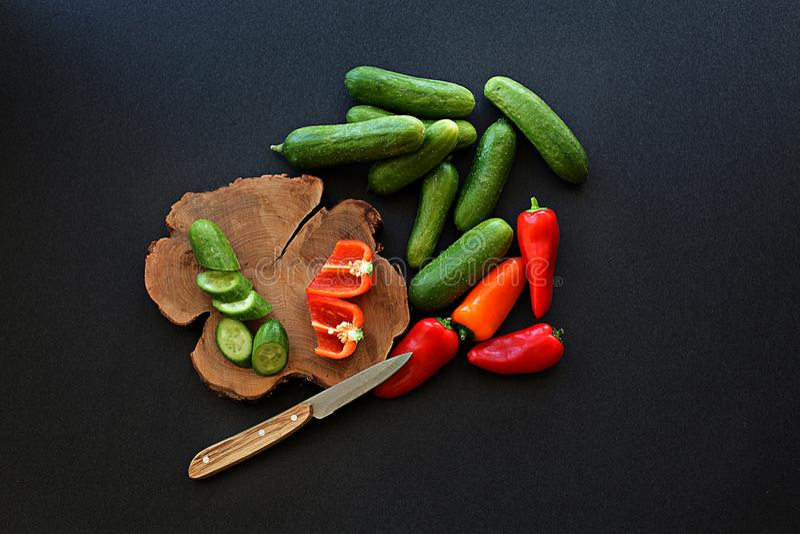 Verse eigengemaakte de tomatenpeper van de groentenkomkommer op zwarte backgr stock afbeelding