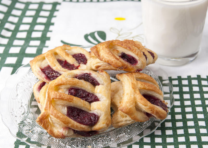 Verse eigengemaakte Franse croissants stock foto