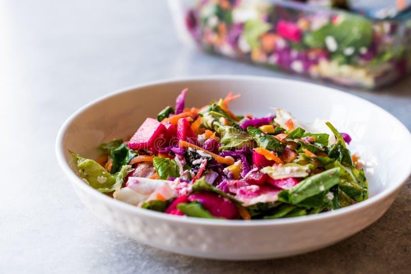 Verse Eigengemaakte Kleurrijke Salade met Purpere Kool, Biet, Wortel en Raket stock foto's