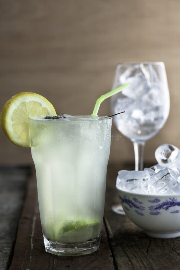 Verse eigengemaakte limonade met het glas en de schotel van ijsblokjes royalty-vrije stock afbeeldingen